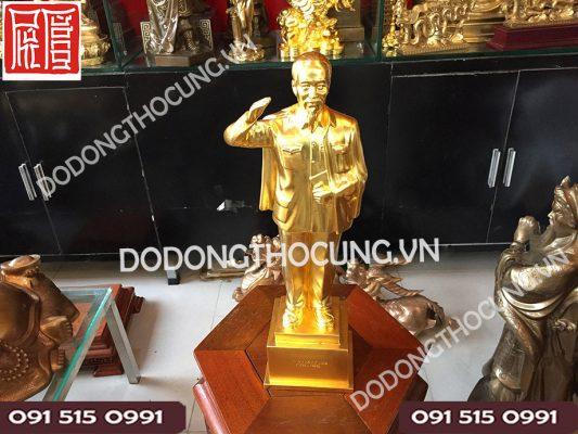 Tuong Bac Ho Dung Chao Thep Vang