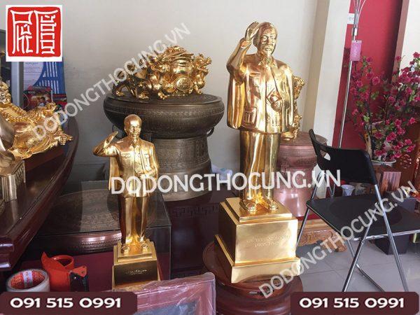 Tuong Bac Ho Gio Tay Chao Dat Vang