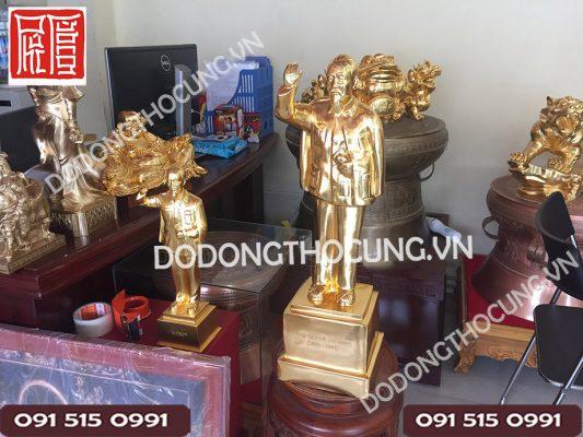 Tuong Bac Ho Gio Tay Chao Dat Vang(2)